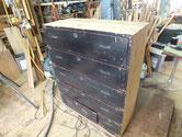 大阪市より修理依頼の時代箪笥もう一方の塗膜取りです。