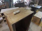 桐箪笥本体側板の木地調整後のカルカヤがけです。