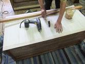 桐たんすの裏板交換修理です。当店は桐無垢で貼りますが桐ベニヤの業者が多くなっています。
