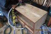 箪笥本体に付いている塗膜を取り木地を出す修理です。