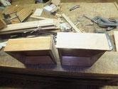 引出全面を鉋がけして新しい柾板を貼り前面を作ります。