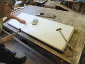高級な作りの桐タンスはホコリ除けの天板(帽子)あります。先回の修理人は靴跡の付いたシナ合板を貼り合わせ付けてあったため交換しました。