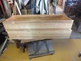 桐たんすの前板の角が欠けたり凹んだりしています。木を貼り付け角を出します。