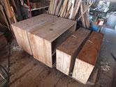 木地調整を終えた本体と引出全面に柿渋を塗り下処理をしました。