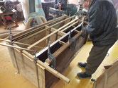 時代箪笥の胴縁、棚板の削り付けを済ませ新しい板を張り付けています。