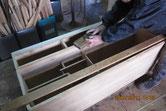 本体胴縁、棚板に鉋をかけ接地面を作る修理です。