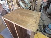 武豊町より修理依頼の時代箪笥の割れに埋め木修理をしました。