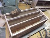 桐たんすの胴縁、棚板を薄くですが鉋をかけて綺麗な面を出します。