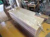 この箪笥は天板も硬くてしつこく付けた色の為、カンナで削り取っています。