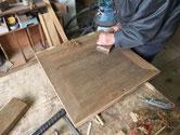 新しい桐を貼る為に表面の凹凸を削り取り平らにします。