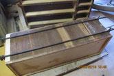 本体裏板の割れに新しい木を埋め割れ修理をします。