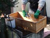 桐たんすの引出の前面の砥の粉を洗い流します。そして、内部の洗剤洗いをします。