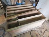 裏板を剥がし出っ張り部分の鉋がけをして桐板を貼る面を作ります。