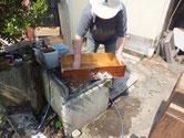 引出正面の砥の粉とヤシャ液を取り除き洗剤で洗います。