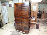 帳場箪笥の取っ手金物を打ち、引戸を組み直し完成となりました。