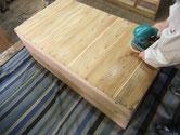 桐たんす裏板の割れを埋め木修理後サンダーにて汚れを落とします。