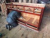 昨日の続きの水屋戸棚の組み立てです。棚板を打ち付けています。