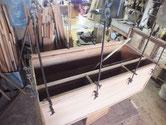 桐たんすの桐たんすの胴縁、棚板の接地面を作ったので新しい桐を貼り修理しました。