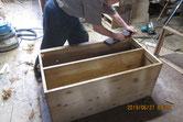 桐箪笥本体の胴縁、棚板面を鉋がけして接地面を作ります。