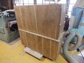 桐たんすの裏板の割れに埋め木をして割れ修理をします。糊乾燥後裏板を綺麗にします。