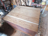 割れのすき間に板を入れて修理しサンダーで汚れ取りをしました。