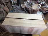 板目の強い引出前板に桐柾の突板を貼ります。