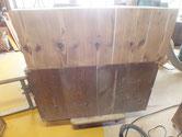 桐たんすの裏板割れを埋め木修理して汚れ落としをします。
