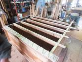 時代箪笥の胴縁、棚板に新しい木を貼り角を出します。
