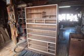 昨日貼った胴縁、棚板の出っ張りを取り積み上げました。
