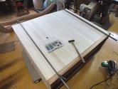 時代箪笥の裏板は塗装が厚く割れが変則の為、板の交換修理となります。