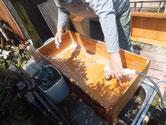 修理依頼を受けた箪笥の引出と本体を荒洗いと洗剤洗いします。