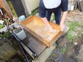 あま市より修理依頼の帳場箪笥の引出を荒洗いし洗剤洗いをしました。