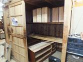 名古屋市より修理依頼の桐たんすの漆塗りを始めました。3段を2段に作り変えです。