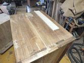 桐たんすの側板の割れに埋め木修理と墨だれの部分の桐板交換修理