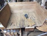 引き出し前板を外した底板です。この板だけ汚れが浸みていた為、カンナをかけましたが取れません。