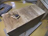 桐たんすの裏板の割れに埋め木で修理し、カンナがけにて裏板を綺麗にします。