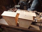 削り付けた引出前面に新たな桐柾板を貼り付けます。