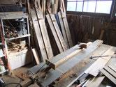 水屋戸棚の剥がした天板、棚板の割れを繫ぐ剥ぎ修理の写真です。