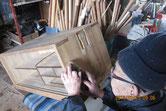 桐箪笥側板を鉋をかけ新しい木地を出します。