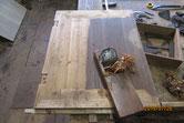 開箪笥引き戸の前面に鉋をかけ木地を出します。