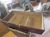 引出の底板のノリ切れと割れが多くあるため埋め木修理しました。