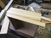引出の前面に新しい柾桐を貼ります。先人の柾板が薄く再度張り直しとなります。