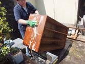 一宮市より修理依頼の桐たんすの本体洗いをしました。直すのだ大変な箪笥です。