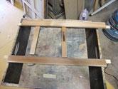 分解した戸枠を鉋がけしました。鉋をかけた所とかけない所の比較です。