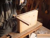時代箪笥の引出の前板を交換する修理です。前板に木クギを打っています。