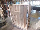 箪笥全体の塗膜が取れ裏板を剥がし割れた所の修理です。