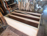 胴縁、棚板に新しい桐を貼るために鉋をかけて接地面を作ります。