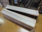 引出前面に新しい桐柾を貼り深い傷、虫食いの修理をします。