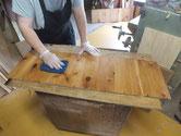 水屋戸棚の棚板と天板、裏板に汚れ防止のオイル塗装をしました。