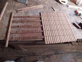 昨日分解した飾り棒を磨き柿渋を塗り組み立てています。